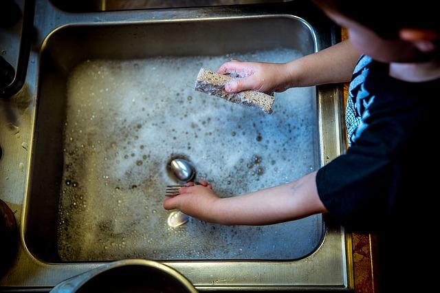 Saturn-Neptun-Sextil: Kind beim Abwasch